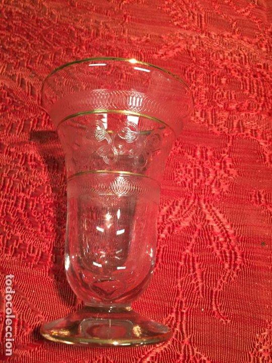 Antigüedades: Antiguo jarrón / florero de cristal soplado y tallado a mano años 40-50 - Foto 2 - 196126591