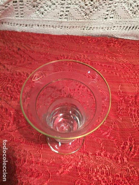 Antigüedades: Antiguo jarrón / florero de cristal soplado y tallado a mano años 40-50 - Foto 3 - 196126591