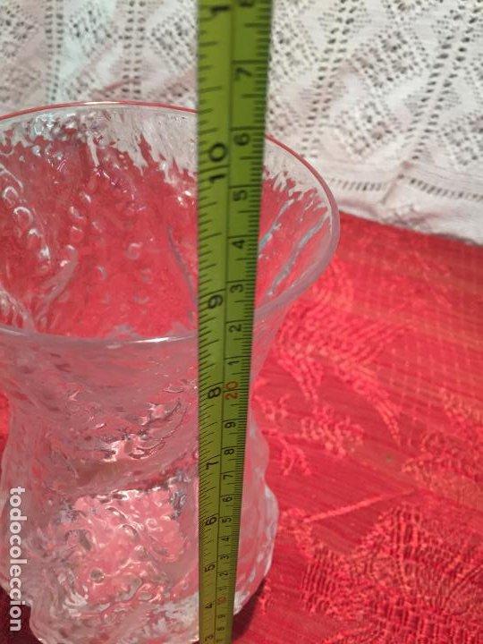 Antigüedades: Antiguo jarrón / florero de cristal soplado a mano de los años 60-70 - Foto 6 - 196127672
