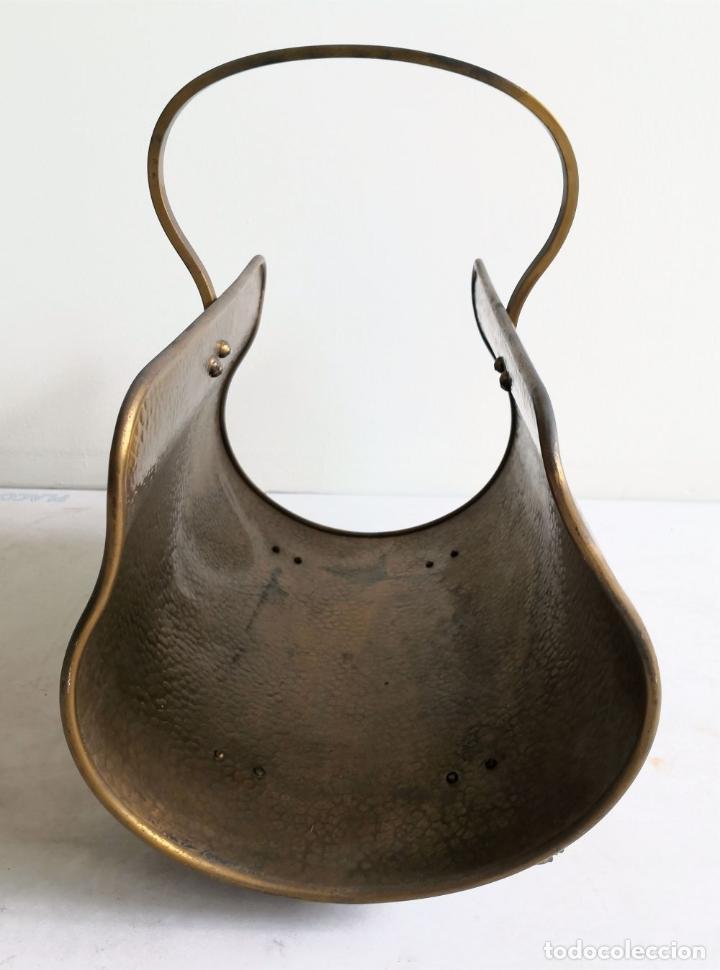 Antigüedades: REVISTERO CON PATAS DE LEÓN. LATÓN. INGLATERRA. CIRCA 1950. - Foto 2 - 196141910