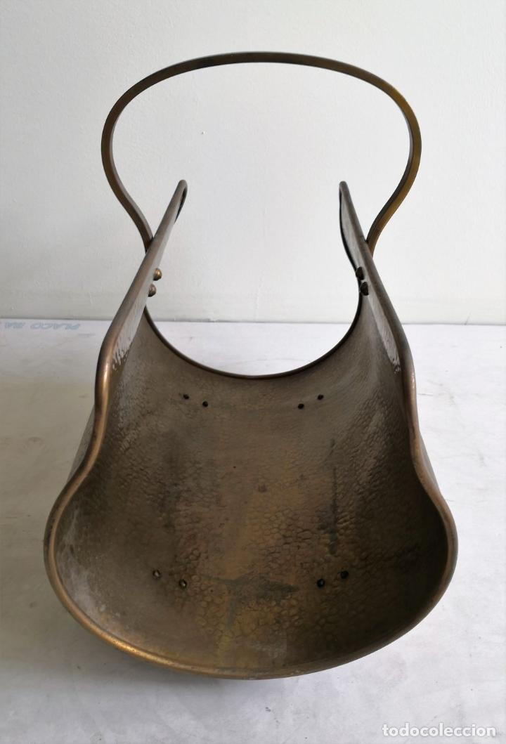 Antigüedades: REVISTERO CON PATAS DE LEÓN. LATÓN. INGLATERRA. CIRCA 1950. - Foto 4 - 196141910