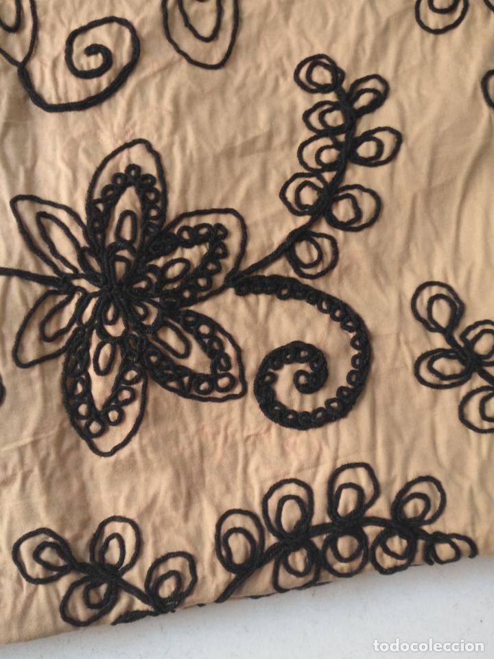 Antigüedades: raro bordado mecanico relieve cordon 126 x 135 x 140 ideal manton confecciones semana santa fallera - Foto 35 - 196110481