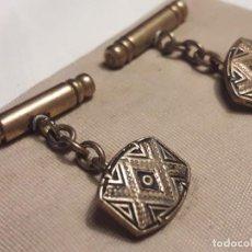 Antigüedades: BELLOS ANTIGUOS GEMELOS ORO DAMASQUINADO TOLEDO AÑOS 50. Lote 196170915