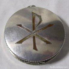 Antigüedades: CAJA DE PLATA CONTRASTADA COLGANTE PARA HOSTIAS, HOSTIERO CON CRISMÓN. Lote 196192296
