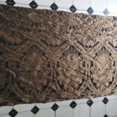 Antigüedades: R1- YA REBAJADO ! BROCADO NEGRO Y ORO VIEJO BALCONERA COLGADURA SEMANA SANTA VIRGEN BALCON 157X95 CM. Lote 196263668