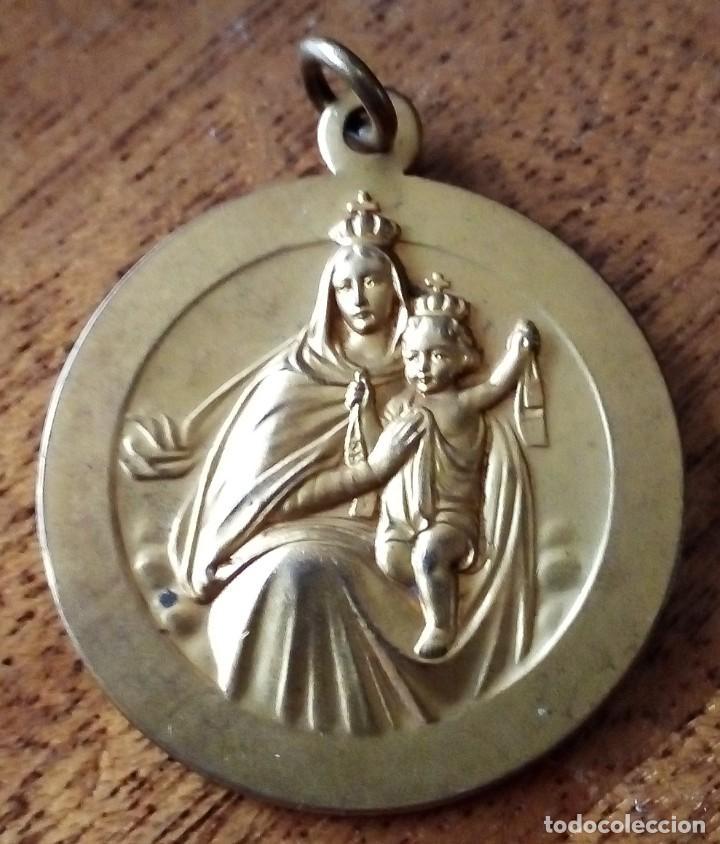VIRGEN DEL CARMEN. METAL DORADO O BAÑADO. 2,7X2,7 CM. RELIEVE. 5 GRS. APROX. (Antigüedades - Religiosas - Medallas Antiguas)