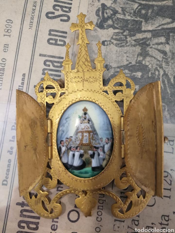 ESMANTE PINTADO A MANO. VIRGEN DE MONTSERRAT . CAPILLITA (Antigüedades - Religiosas - Orfebrería Antigua)