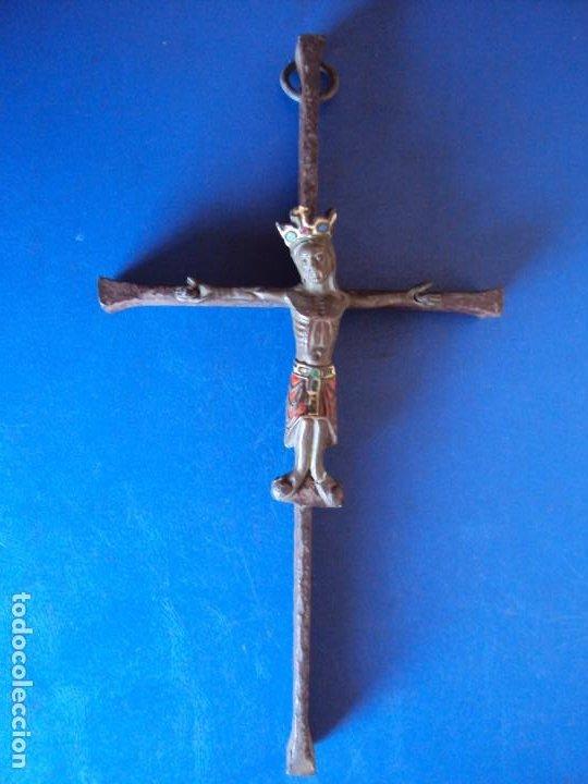 (ANT-200333)CRUCIFIJO ESTILO NEOROMANICO APROXIMADAMENTE AÑOS 20-30 CRUZ DE FORJA MAS ANTIGUA (Antigüedades - Religiosas - Crucifijos Antiguos)