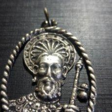 Antigüedades: ANTIGUA Y RARA MEDALLA DE SANTIAGO APÓSTOL PLATA 5,5X4CMS.. Lote 196395458