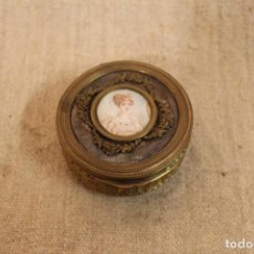 Antigüedades: CAJA FRANCESA DE BRONCE CON MINIATURA. Lote 196489655
