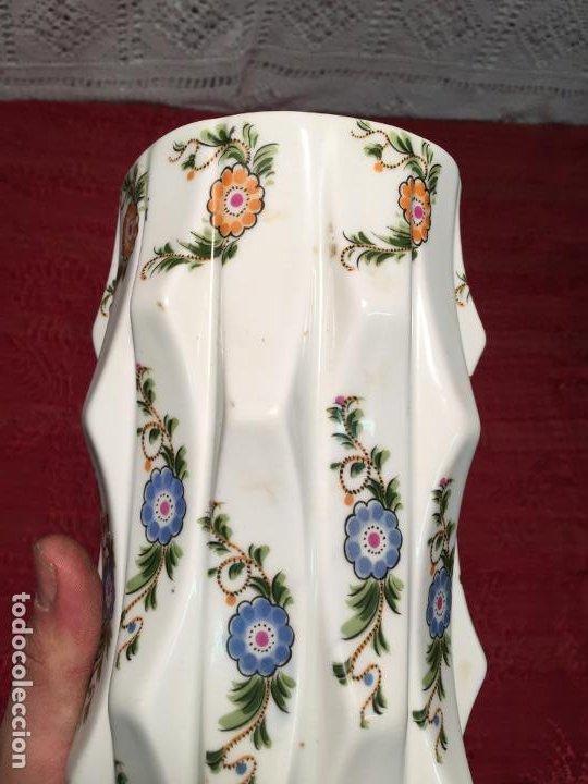 Antigüedades: Antiguo florero / jarrón de porcelana blanca con flores de colores de los años 60 vintage - Foto 2 - 196495423