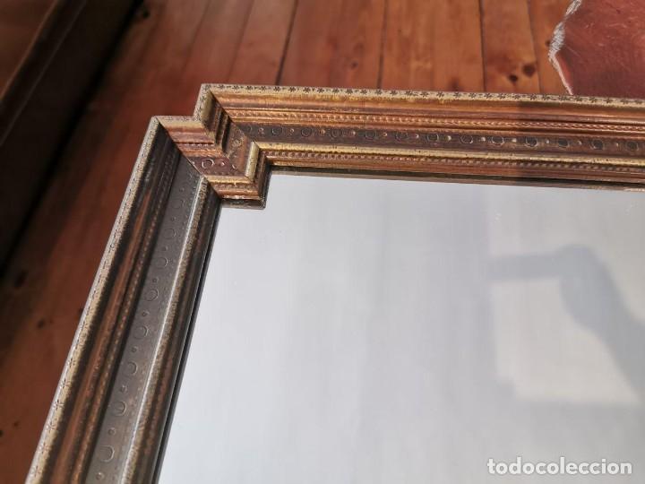 Antigüedades: PRECIOSO ESPEJO ANTIGUO CON MARCO DE MADERA CHAPADO DE LATÓN, 42cm. x 57cm. - Foto 2 - 196520028