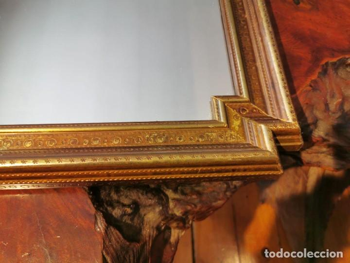 Antigüedades: PRECIOSO ESPEJO ANTIGUO CON MARCO DE MADERA CHAPADO DE LATÓN, 42cm. x 57cm. - Foto 5 - 196520028