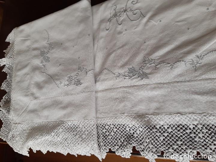 Antigüedades: ANTIGUA SABANA BORDADA A MAQUINA EN GRIS CON INICIALES, VAINICA Y BONITAS PUNTAS DE CROCHET. - Foto 7 - 196547067