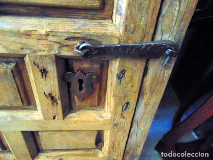 Antigüedades: puerta de alacena con marco, siglo XVIII, DECAPADA SIN BARNICES NI CERAS, LISTA PARA COLOCAR - Foto 4 - 196567593