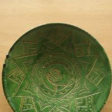 Antigüedades: PLATO DE CERÁMICA VIDRIADA VERDE. ÚBEDA. HERMANOS ALMARZA. 27CM. Lote 196599167
