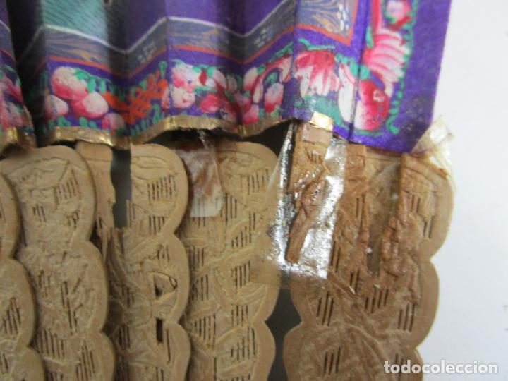 Antigüedades: Antiguo Abanico de las Mil Caras - Canton, China - Caras Marfil, Vestidos de Seda - con Caja - Foto 10 - 196640693