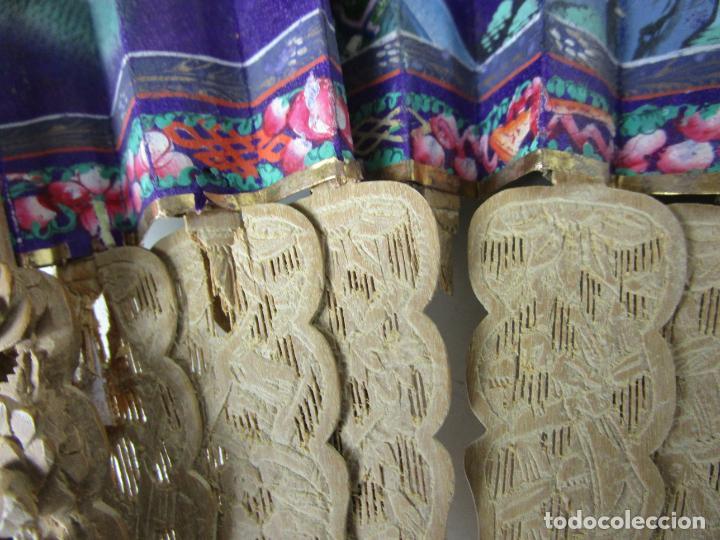 Antigüedades: Antiguo Abanico de las Mil Caras - Canton, China - Caras Marfil, Vestidos de Seda - con Caja - Foto 11 - 196640693