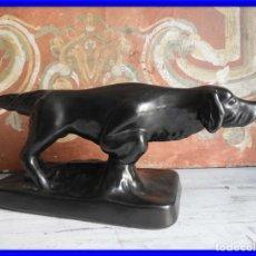Antigüedades: FIGURA DE CERAMICA DE UN PERRO DE CAZA. Lote 196768453