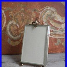 Antigüedades: MARCO DE FOTOS DE CRISTAL BISELADO CON FLOR DE LYS. Lote 196769036