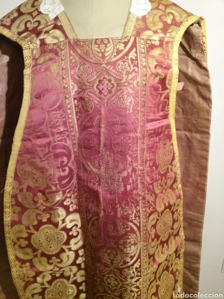 Antigüedades: Antigua casulla de seda adamascada en granate y oro - Foto 3 - 196802175