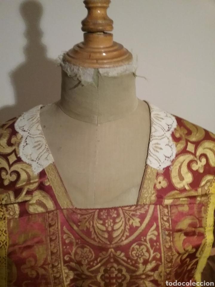 Antigüedades: Antigua casulla de seda adamascada en granate y oro - Foto 4 - 196802175