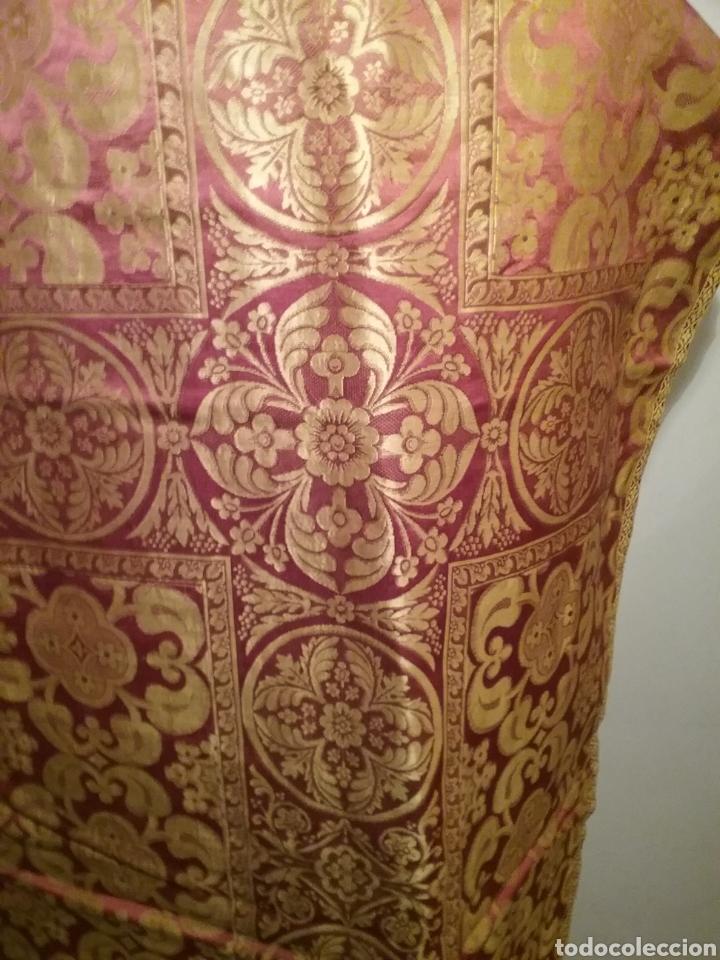 Antigüedades: Antigua casulla de seda adamascada en granate y oro - Foto 6 - 196802175