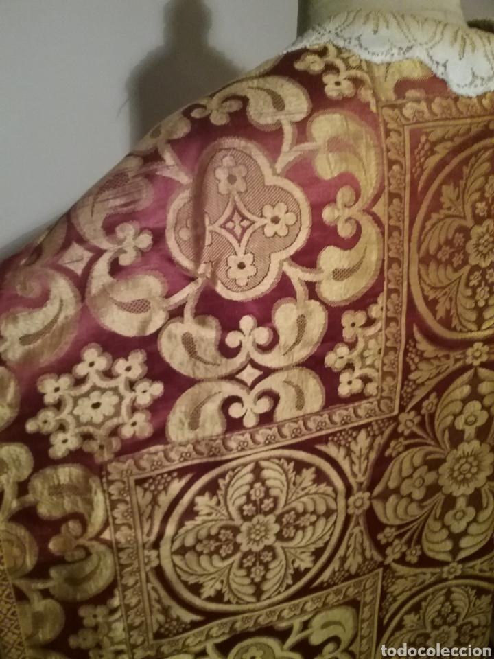Antigüedades: Antigua casulla de seda adamascada en granate y oro - Foto 7 - 196802175