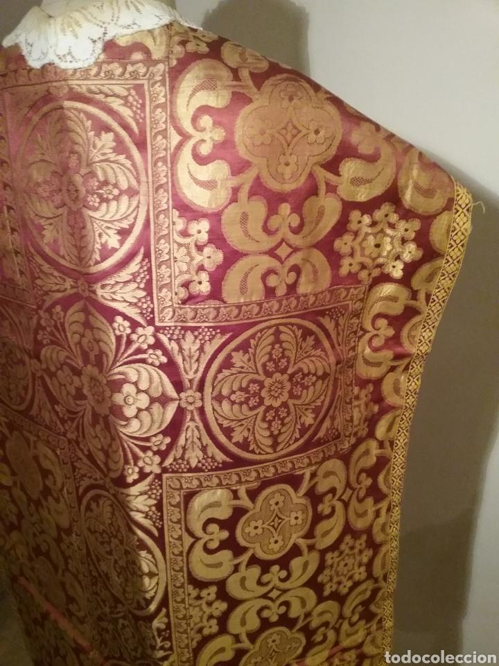 Antigüedades: Antigua casulla de seda adamascada en granate y oro - Foto 8 - 196802175