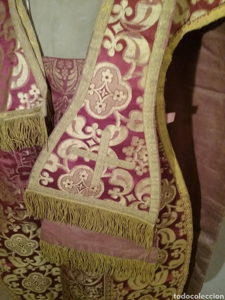 Antigüedades: Antigua casulla de seda adamascada en granate y oro - Foto 10 - 196802175