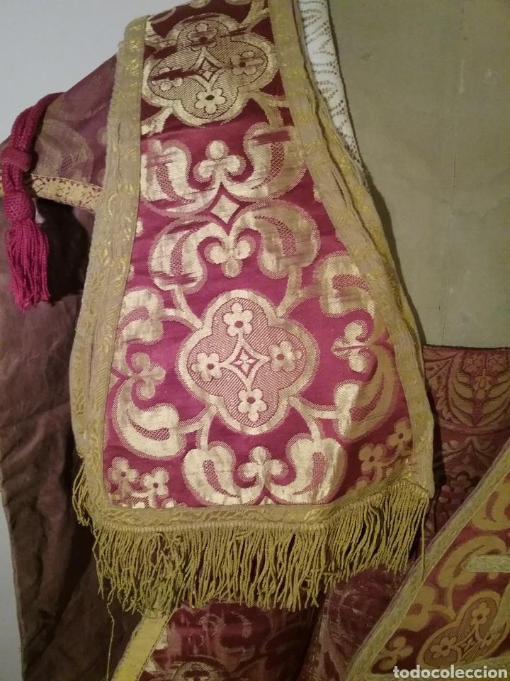 Antigüedades: Antigua casulla de seda adamascada en granate y oro - Foto 12 - 196802175