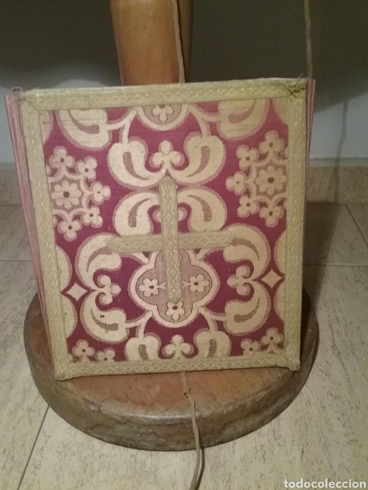 Antigüedades: Antigua casulla de seda adamascada en granate y oro - Foto 13 - 196802175