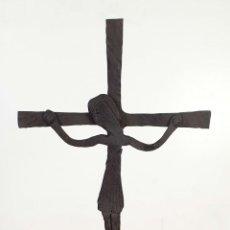 Antigüedades: CRUCIFIJO DE HIERRO FORJADO, BASE DE 3 PATAS. SIGLO XX. . Lote 196955572