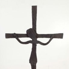 Oggetti Antichi: CRUCIFIJO DE HIERRO FORJADO, BASE DE 3 PATAS. SIGLO XX.. Lote 196955572