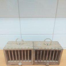 Antigüedades: 2 JAULAS PEQUEÑAS DE MADERA, TRANSPORTE PAJAROS, TRANSPORTIN. Lote 196958601