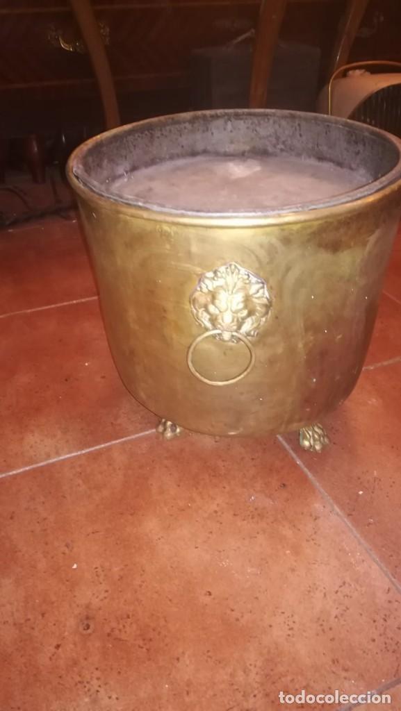 Antigüedades: MACETERO DE LATÓN CONVERTIDO EN CENICERO - Foto 3 - 196959867