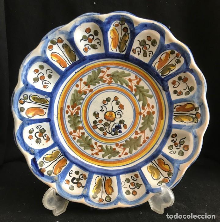 PLATO TALAVERA ANTIGUO FIRMADO Y NUMERADO 27CM (Antigüedades - Porcelanas y Cerámicas - Talavera)