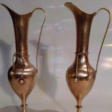 Antigüedades: DOS ANTIGUAS JARRAS DE METAL . Lote 197052658