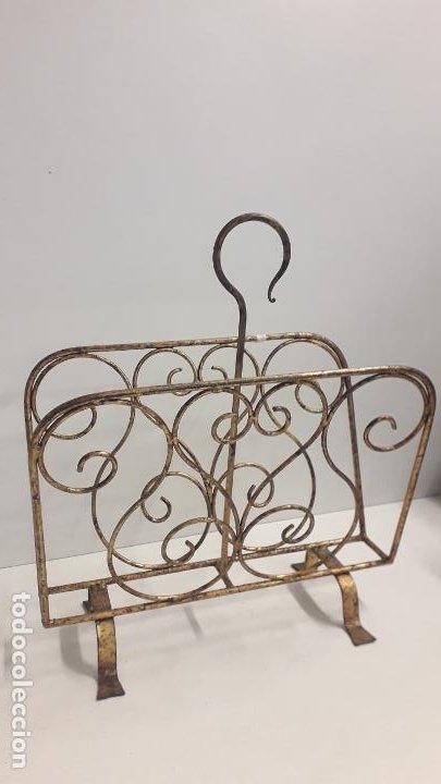 Antigüedades: Antiguo revistero metálico estilo modernista. - Foto 3 - 197090953
