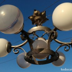 Antigüedades: LAMPARA FORJA SEIS GLOBOS MÁS UNO CENTRAL. (VER FOTOS). Lote 197149642