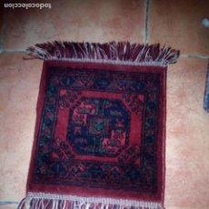 Antigüedades: PEQUEÑA ALFOMBRA FELPUDO DE LANA .TONOS ROJOS Y AZULES,REMATADO A MAQUINA. Lote 234156675