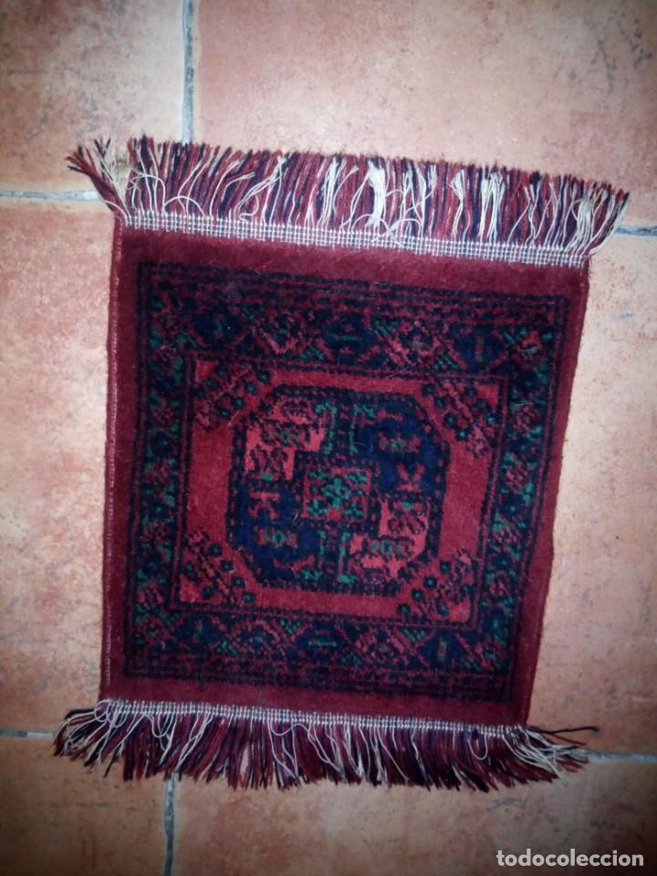 Antigüedades: Pequeña alfombra felpudo de lana .tonos rojos y azules,rematado a maquina - Foto 2 - 234156675