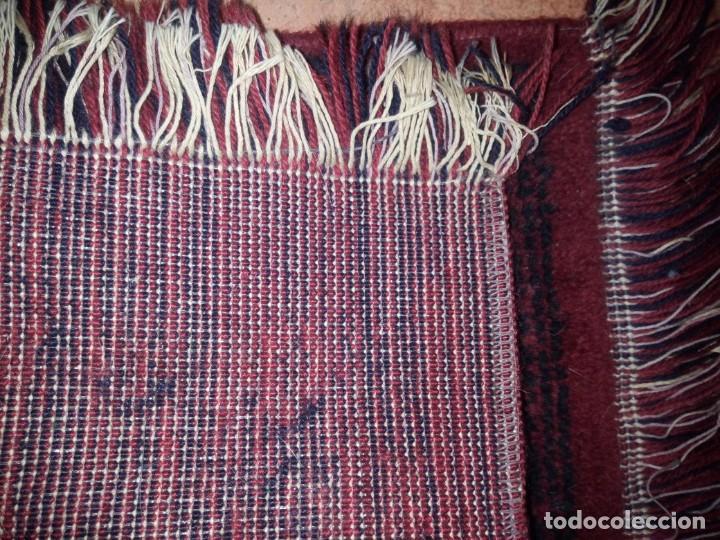 Antigüedades: Pequeña alfombra felpudo de lana .tonos rojos y azules,rematado a maquina - Foto 3 - 234156675