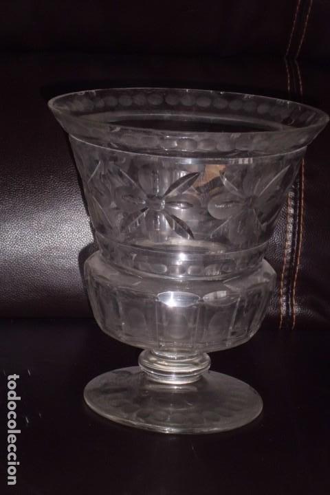 Antigüedades: GRAN FLORERO DE VASO, CRISTAL GRUESO GRABADO, FINALES SIGLO XIX - Foto 4 - 197190990