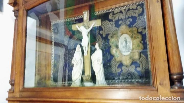 Antigüedades: Antigua y hermosa vitrina capilla hornacina con imágenes y tapiz - Foto 2 - 197210958