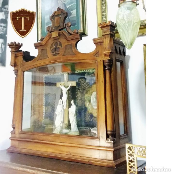 ANTIGUA Y HERMOSA VITRINA CAPILLA HORNACINA CON IMÁGENES Y TAPIZ (Antigüedades - Religiosas - Artículos Religiosos para Liturgias Antiguas)