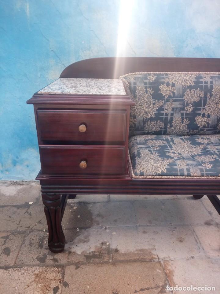 Antigüedades: Antiguo sofá con mesa para teléfono con 2 cajones,estilo isabelino,madera maciza. sirca 1910 - Foto 4 - 197242258