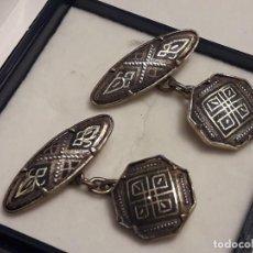 Antigüedades: BELLOS ANTIGUOS GEMELOS DE ORO DAMASQUINADO TOLEDO. Lote 197254090