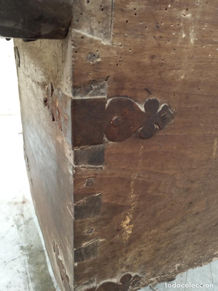 Antigüedades: Enorme arca castellana de nogal maciza. Herrajes y cerradura de la época. Siglo XVI-XVII. - Foto 4 - 197284661