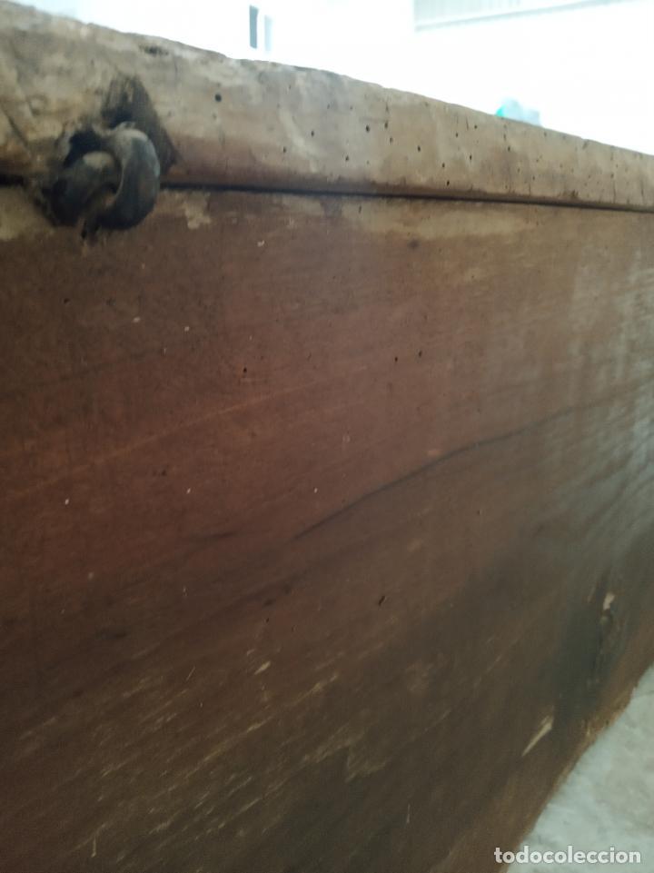 Antigüedades: Enorme arca castellana de nogal maciza. Herrajes y cerradura de la época. Siglo XVI-XVII. - Foto 6 - 197284661